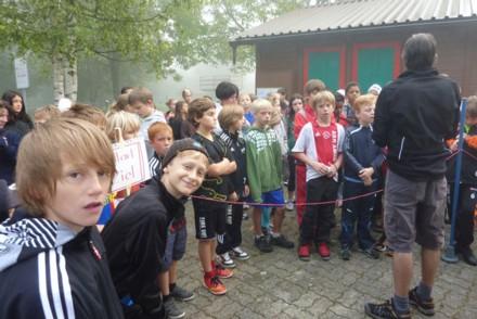 Erklärungen von Herr Dürr und einige kritische oder müde Blicke von den Schülern.