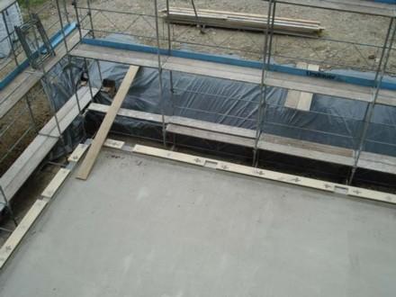 das Baugerüst ist aufgestellt, der Boden vorbereitet - nun kann der Holz-Elementbau kommen