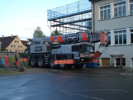 Der 90-Tonnen-Pneukran morgens um 6.45 Uhr am Donnerstag, 3.5.2012 - er wird später die einzelnen Elemente an ihren Platz bringen