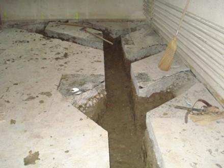 Vorbereiteter Graben für Abwasserrohre