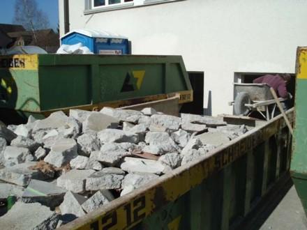 Abbruchmaterial wird vor Ort nach Materialien getrennt